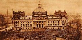 Historische Aufhahme aus der Höhe von einer Demonstration mit Tausenden Menschen vor dem Reichstag 1920.