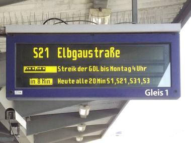 """S-Bahn-Anzeige mit der Angabe """"Streik der GDL bis Montag 4 Uhr"""""""