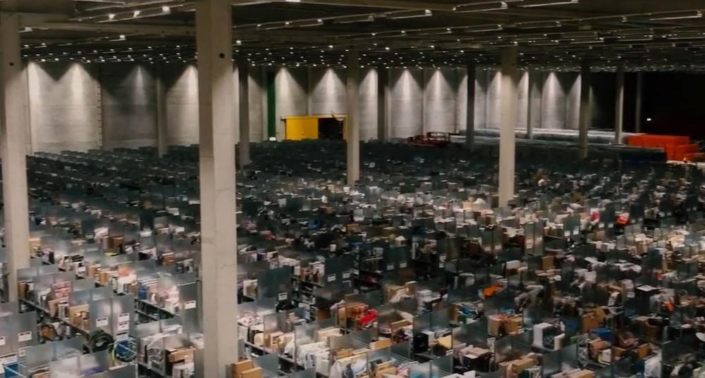 Eine riesige Lagerhalle mit Regalen.