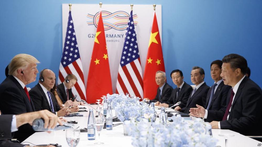 Eine Delegation mit US-Präsident Trump sitzt an einem langen Tisch auf der einen Seite, eine Delegation mit Chinas Staatschef Xi Jinping ihm gegenüber.
