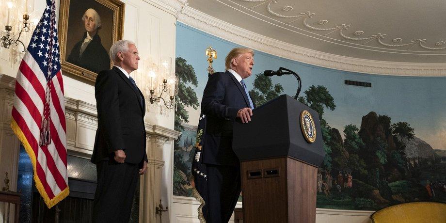 Donald Trump gibt eine Erklärung im Weißen Haus, neben ihm Mike Pence und eine US-Flagge.
