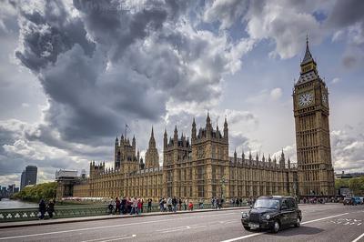 Das britische Parlament von der Themsebrücke aus gesehen.