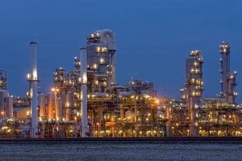 Erdöl-Raffinerie in bläulichem Morgenlicht