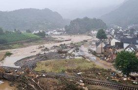Ein Blick von oben auf ein Hochwasser, das eine kleine Stadt überflutet.