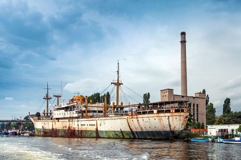 Weiße und grüne alte verrostete Schiff steht in Varna Port, Bulgarien festgemacht.