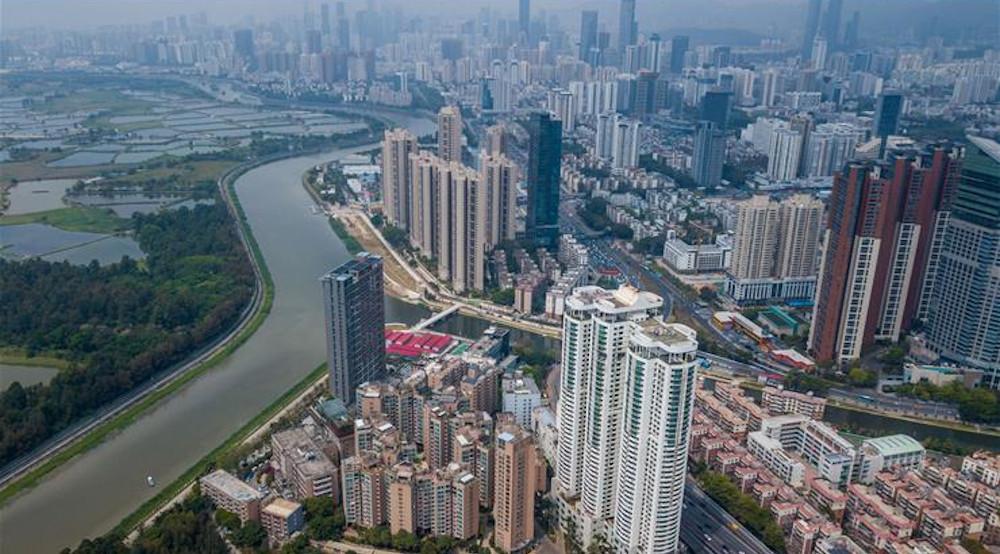 Eine moderne Großstadt mit Hochhäusern bis zum Horizont.