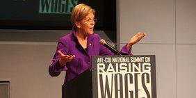 Elizabeth Warren bei einer Rede vor Gewerkschaftern.