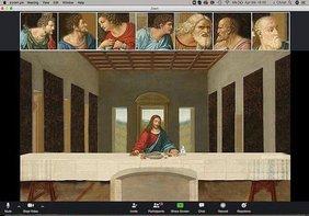 Jesus sitzt beim letzten Abendmahl allein am Tisch, oben in kleinen Bildschirmfestern sind seine Jünger zu sehen. Es sieht aus wie eine Videokonferenz.