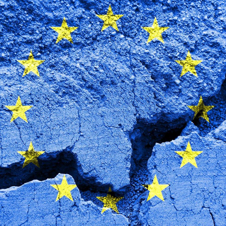 Europaflagge aufgemalt auf rissigem Untergrund