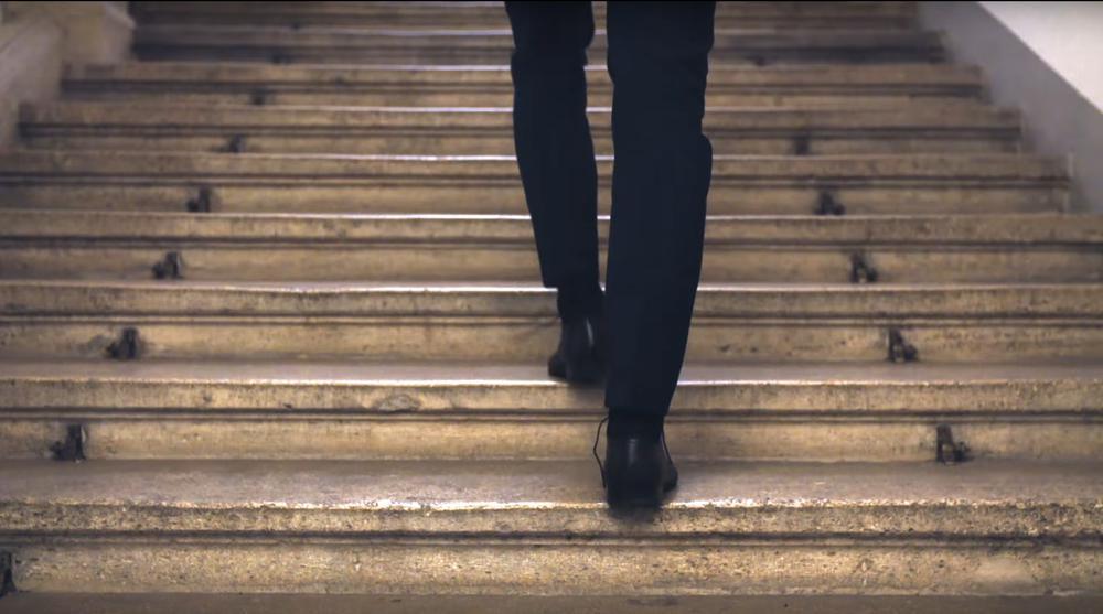 Die Beine von Sebastian Kurz gehen treppauf.
