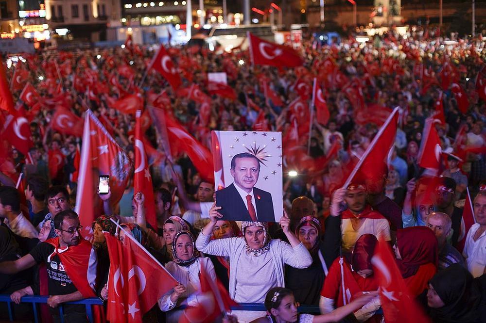 Demonstration in Istanbul für Präsident Erdogan mit vielen türkischen Flaggen