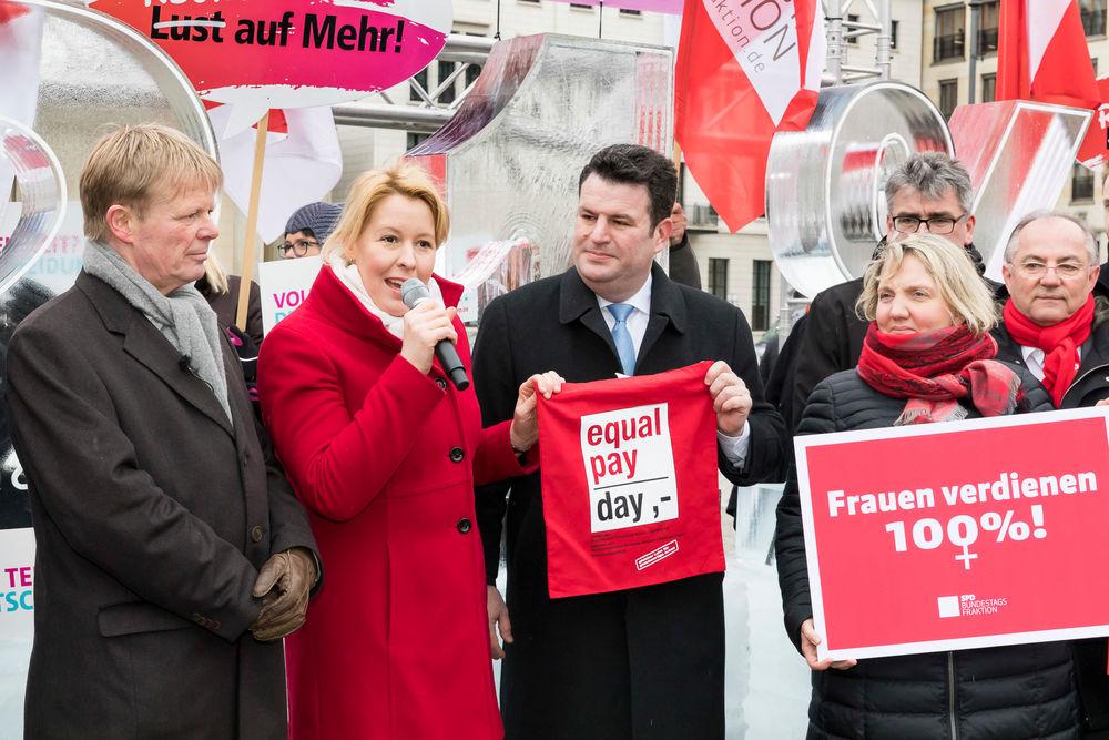 Demonstration des DGB für gleiche Bezahlung bei gleicher Arbeit für Frauen