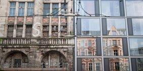 Fassaden zwei nebeneinanderliegender Gebäude: Links ein maroder Altbau aus dem Ende des 19. Jahrdhunderts, rechts ein Neubau mit Glasfront.