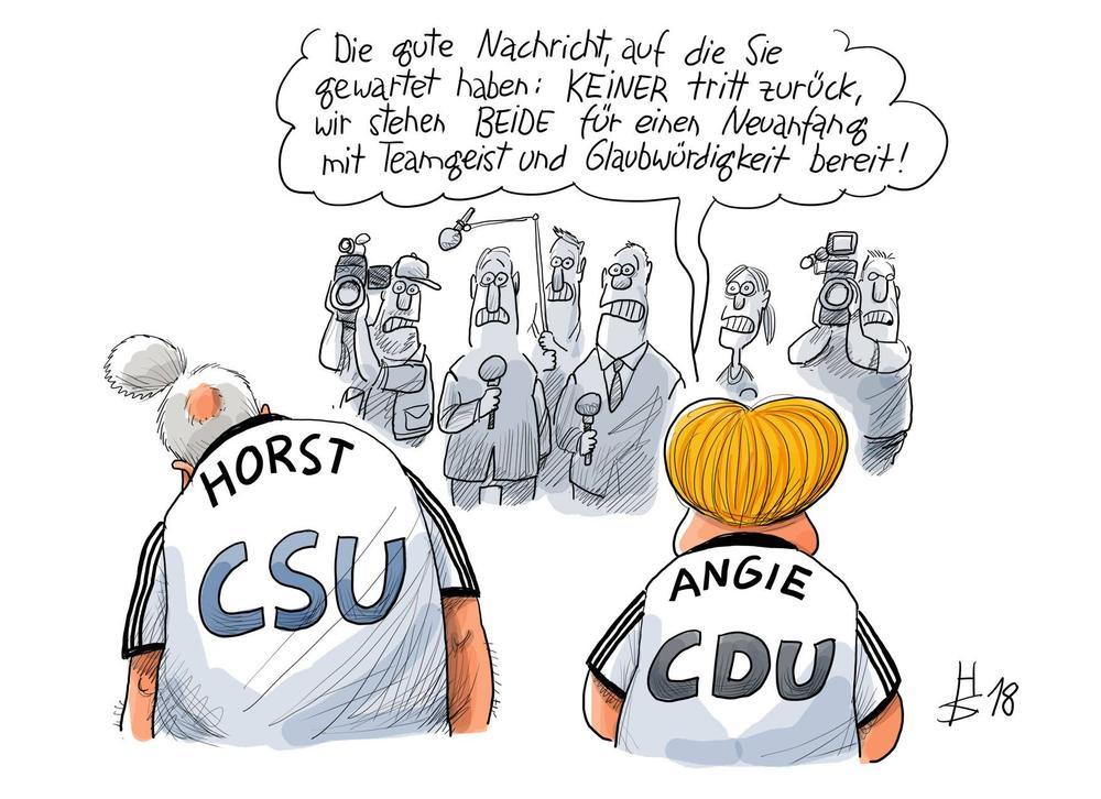 Karikatur von Angela Merkel und Horst Seehofer in Fußballtrikots vor Journalisten mit Kameras und Mikros.