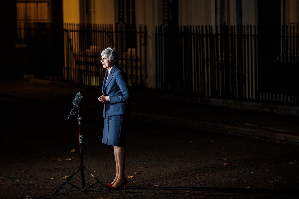 Theresa May steht nachts vor ihrem Amtssitz an einem Mikrophon, Scheinwerfer erhellen von der Seite die Szene.