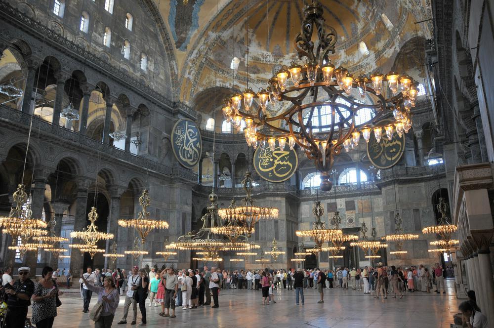 Der Innenraum der Hagia Sophia mit Touristen.