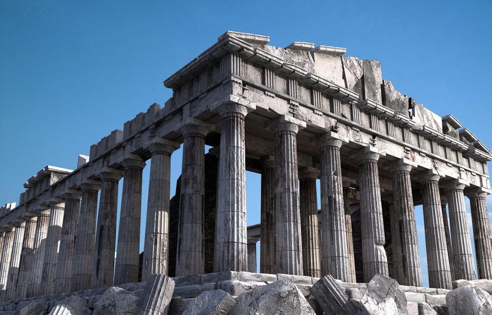 Der Parthenon-Tempel auf der Akropolis leicht von schräg unten aufgenommen vor blauem Himmel.