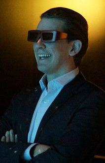 Österreichs Außenminister Sebastian Kurz mit einer 3D-Brille.