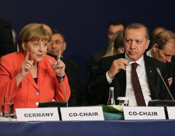 Angela Merkel und Erdogan sitzen nebeneinander bei einer Pressekonferenz