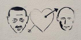 Skizze auf einer Wand mit den Köpfen von Putin und Erdogan, dazwischen ein Herz, von einem Pfeil getroffen.