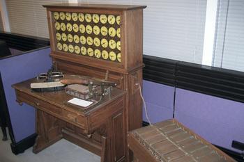 Hollorithmaschine mit Lochkartenleser und Tabelliermaschine