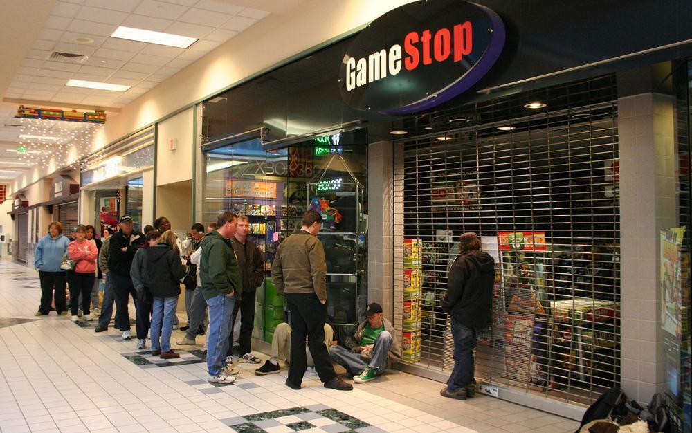 Menschenschlange vor einem noch geschlossenen Geschäft von Gamestop in einer Einkaufsmall.