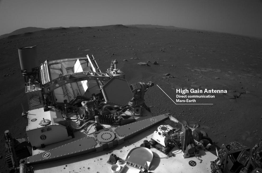 Schwarzweiß-Aufnahme vom Mars Rover mit Blick auf Landschaft der auf die Antenne verweist.