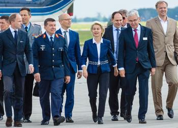 Ursula von der Leyen mit Soldaten und Mitarbeitern