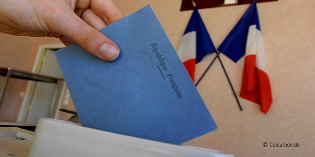 Wähler steckt Stimme in Wahlurne Frankreich