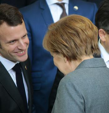 Emmanuel Macron mit Angela Merkel (von hinten)