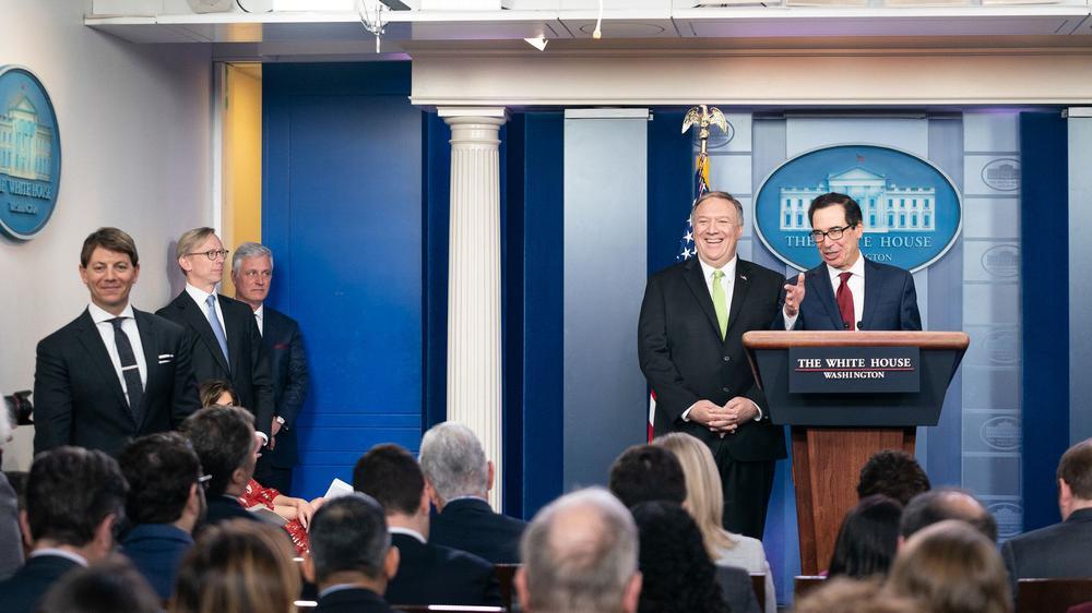 Mike Pompeo und Steve Mnuchin geben eine Pressekonferenz im Briefing Room des Weißen Hauses.