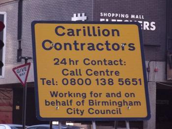 Baustellenschild der Firma Carillion in England.