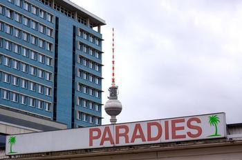 Häuser mit Paradiesschild