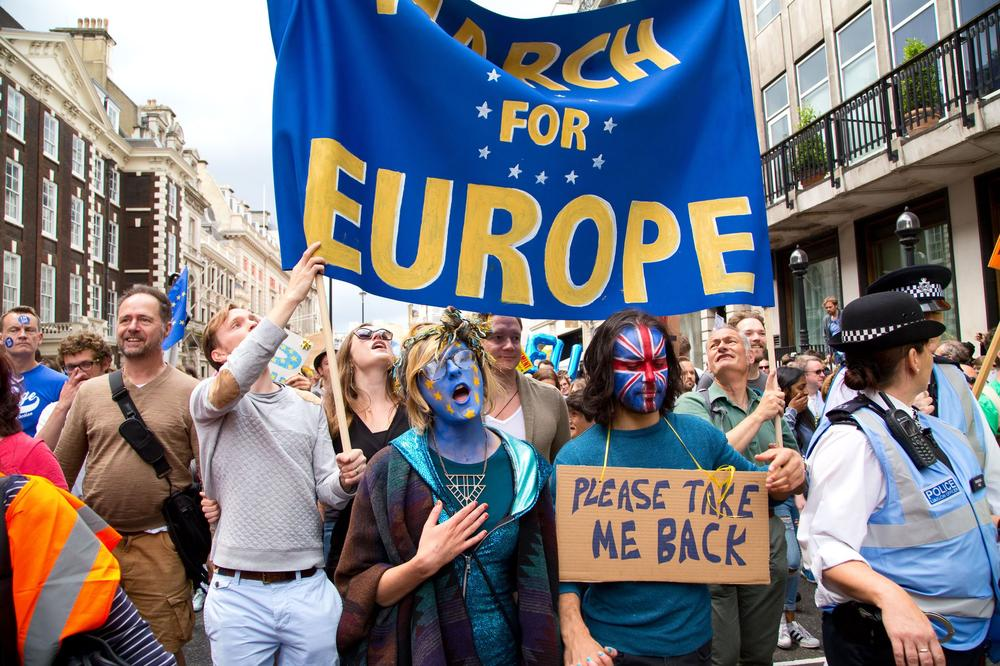 "Demonstration gegen den Brexit in London, u.a. mit Transparenten wie ""Take me back"" und ""March for Europe""."