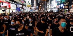 Protestzug in Hongkong bei Nacht.