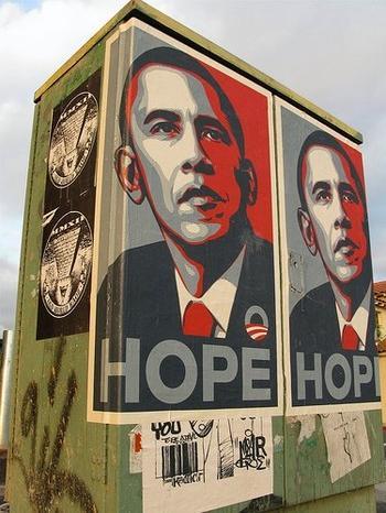 Plakate auf Stromkasten mit einer Zeichnung von Barack Obama.