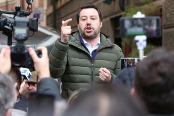 Matteo Salvini spricht bei einer Demo vor mehreren Kameras.