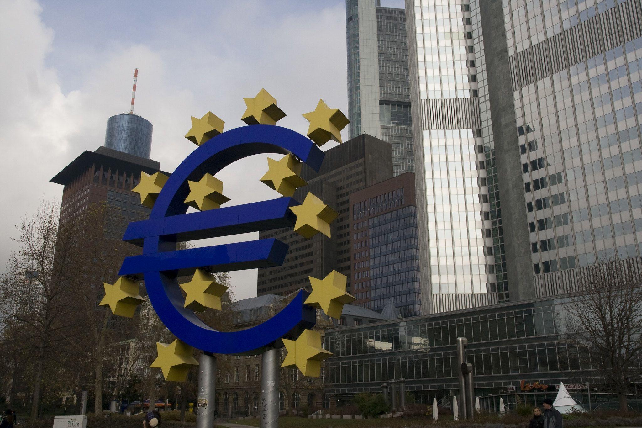 Das Euro-Zeichen als Denkmal vor der Europäischen Zentralbank in einem kleinen Park in Frankfurt.