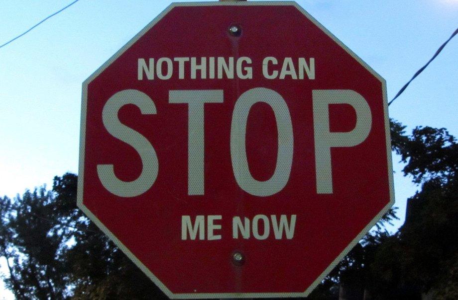 """Stoppschild, auf dem über dem """"Stop"""" steht """"Nothing can"""" und darunter """"me now""""."""