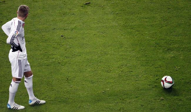 Toni Kroos kurz vor einem Freistoß mit Ball.