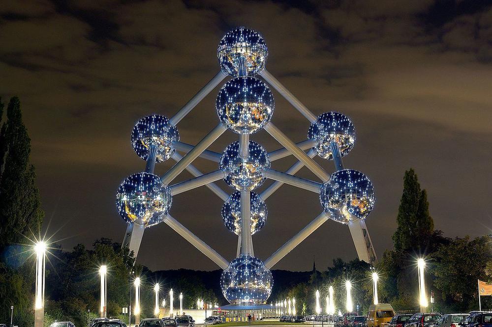 Das Atomium in Brüssel, von LED-Lampen beleuchtet bei Nacht.