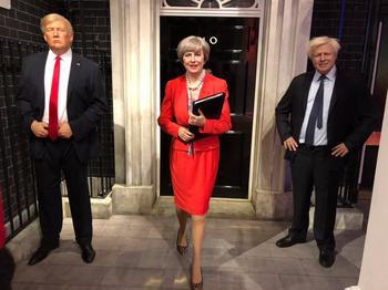 Im Wachsfigurenkabinett Madame Tussaud's steht Theresa May zwischen Donald Trump und Boris Johnson.