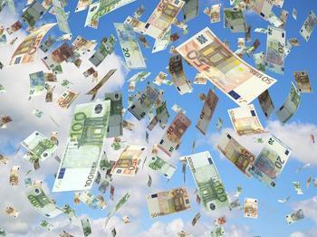 Euroscheine fallen vom Himmel auf eine grüne Wiese.