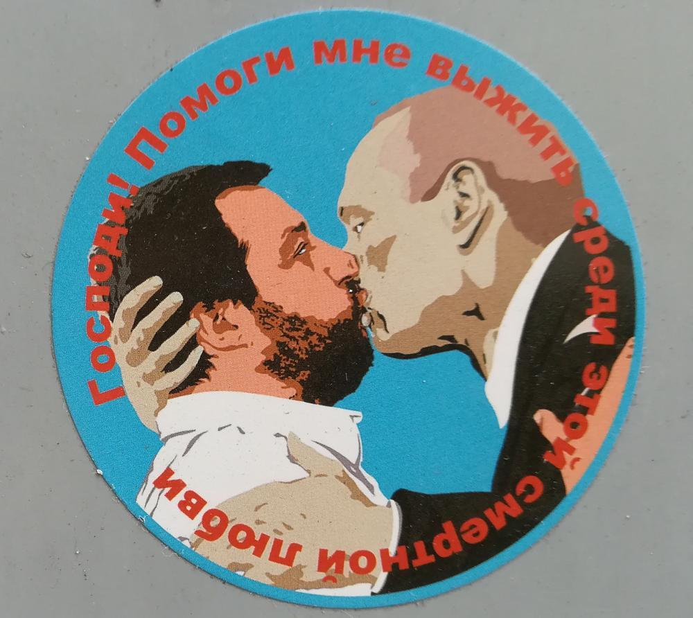 Matteo Salvini küsst Vladimir Putin auf einem karikaturhaften Wandgemälde.