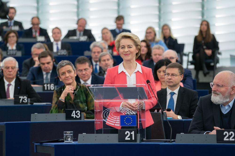 Ursula von der Leyen steht an einem gläsernen Rednerpult im Europa-Parlament.