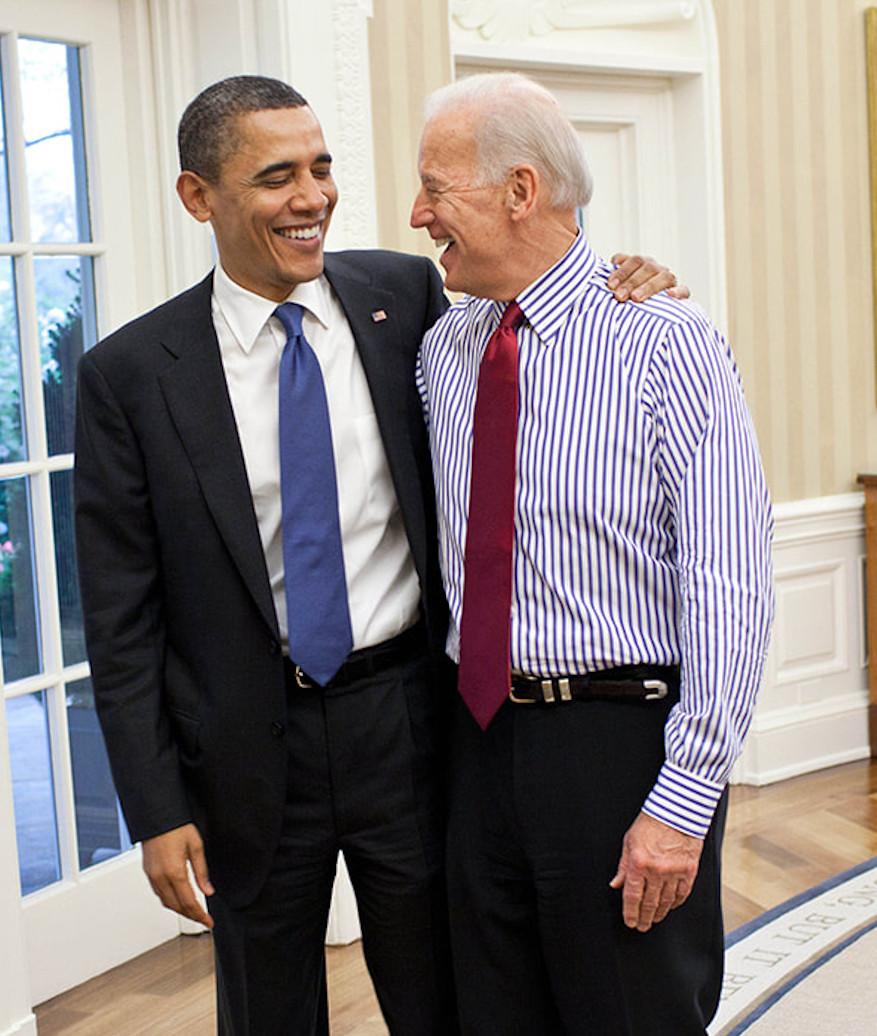 Joe Biden Arm in Arm mit Barack Obama im Oval Office des Weißen Hauses