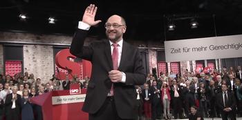 Martin Schulz winkt nach seiner Rede auf dem letzten Parteitag den Zuhörern.