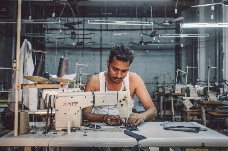 Näher in der einer indischen Fabrik.