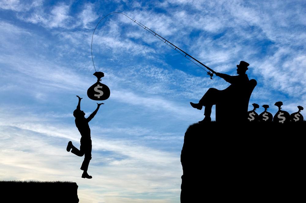 Im Gegenlicht, so dass nur die Körper zu erkennen sind, hält ein Mann an einer Angel einen Sack in die Luft, auf dem ein Dollarzeichen ist, während ein anderer Mann hochspringt, um an den Sack zu kommen.