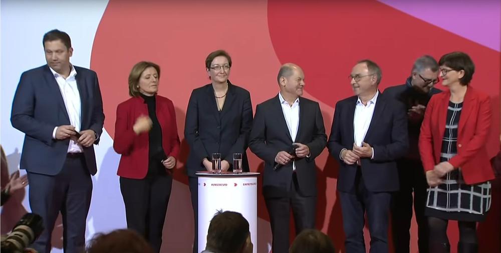 Auf der Bühne im Willy-Brandt-Haus stehen, von links nach rechts Lars Klingbeil, Malu Dreyer, Klara Geywitz, Olaf Scholz, Norbert Walter-Borjans und Saskia Esken.